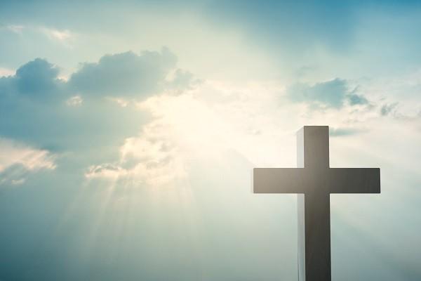 krzyż oświetlony przez promienie słoneczne